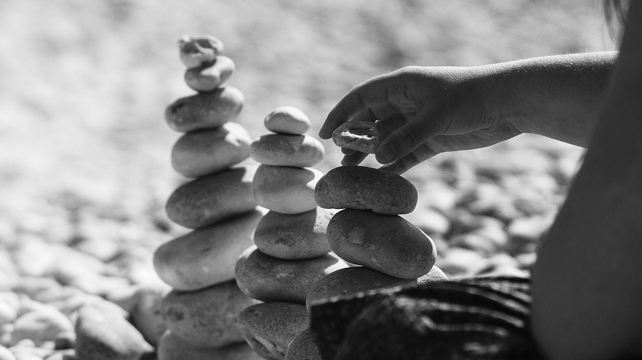 Con nuestra práctica constante de la meditación nuestra mente deja de estar estrecha, sobre-concentrada, obsesiva, condicionada, desordenada y deja de pensar en el estado de supervivencia para volverse más abierta, relajada, presente, ordenada, creativa y simple. El estado estado original en el que se supone deberíamos vivir.