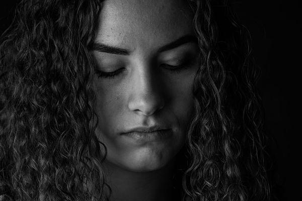 Cuando cerramos los ojos en una meditación, estamos reduciendo el 80% de la información sensorial que nos da la vista.
